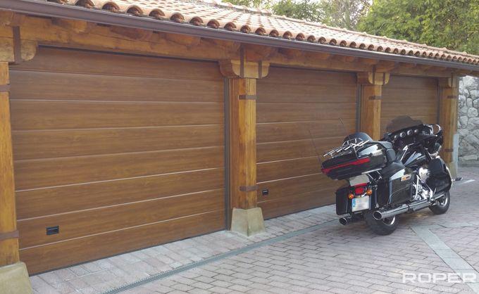 Puerta de garaje seccional residencial roper for Puertas de garaje