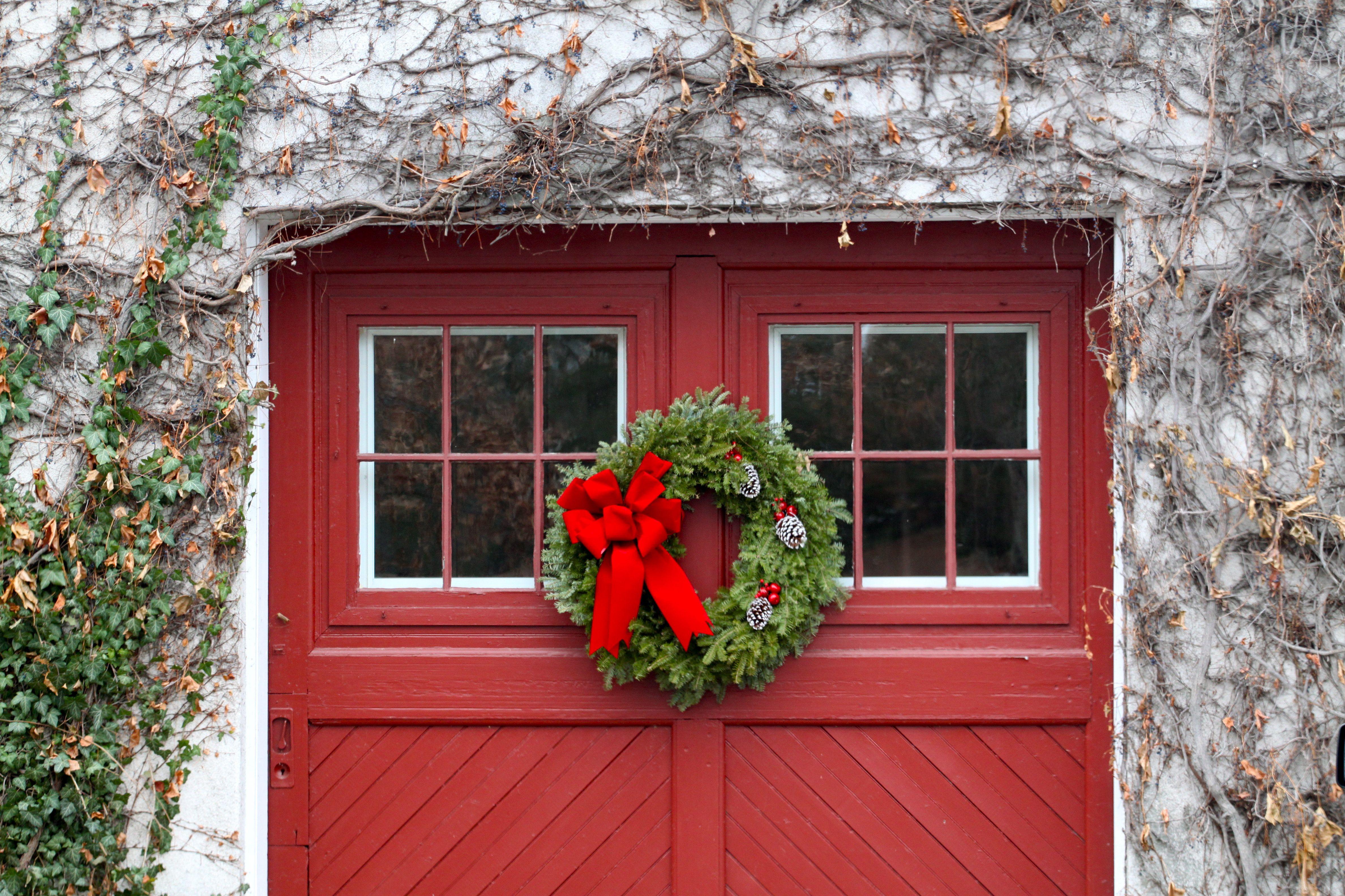 C mo decorar tus puertas de garaje en navidad for Como decorar una puerta