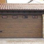 Puerta de garaje seccional imitación madera roble